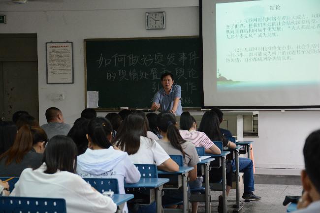 龙岩市委宣传部副调研员龚祖灿应邀到龙岩学院讲学