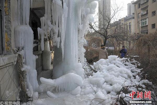 """自来水管漏水 辽宁一楼房外形成4层楼高""""冰瀑"""""""