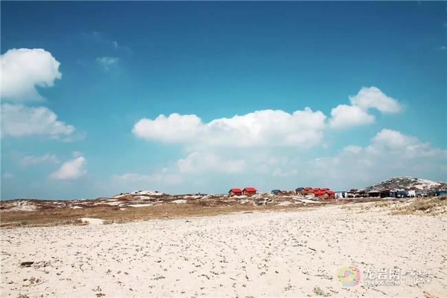 平潭位于福建东部,形似神兽麒麟舞动在台湾海峡,是离台湾最近的大陆岛屿。惬意而唯美的海岛,海天一色,鸥鸟回翔,帆影点点,渔歌阵阵。平潭县,简称岚,是福建省第一大岛,我国第五大岛,素有千礁岛县之称,是著名渔业基地。 石头厝  平潭岛,光长石头不长草,风沙满地跑,房子像碉堡.