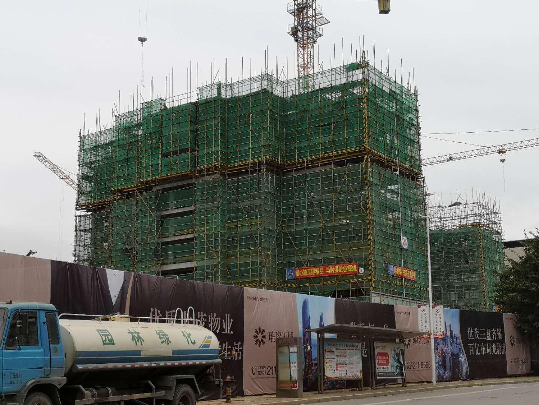 世茂德兴·璀璨天城临街楼栋已建至十来层 在售房源建面约89-118平米