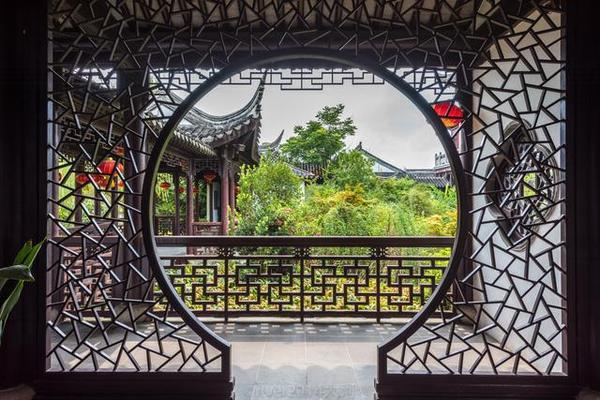 逛山歌馆就如逛园林一般惬意,小桥流水,亭台楼阁,处处都是山歌,处处