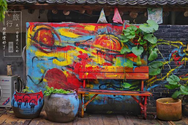 这是家专门卖葫芦的店,四面八方挂满了各式葫芦,老艺人正在雕刻.