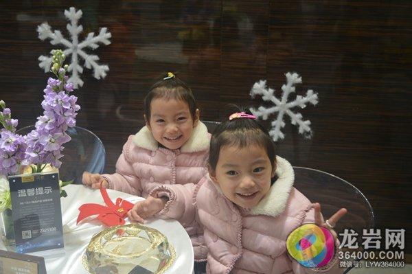 还有这对可爱的双胞胎姐妹也来啦